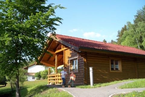 Blick auf Blockhaus im Sommer