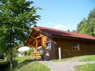 Blick auf Blockhaus im Sommer, Gästehaus & Ferienhaus   Blockhaus Hedwig in Stamsried