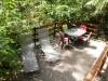 Terrasse mit Tisch, Stühlen und Sonnenliegen