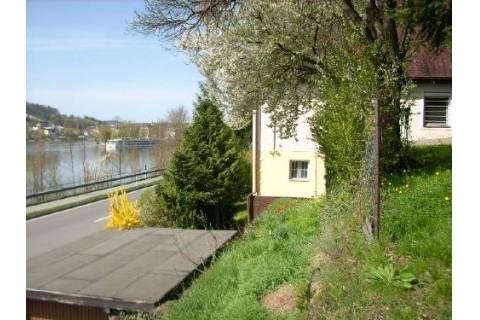 Blick auf Haus, Garten und Dreiflüsseeck