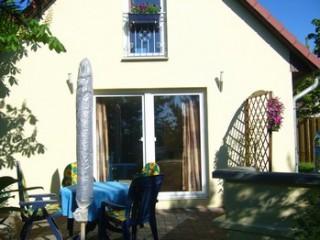 Ferienhaus mit Terasse und Grillecke, Ferienhaus und Ferienwohnung in Waren/Müritz in Waren (Müritz)