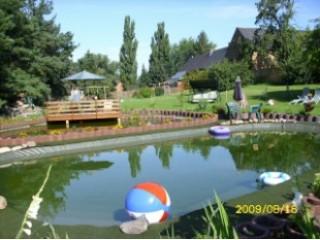 Im Vordergrund ist unser Schwimmteich, im Hintergrund unser Fischteich, FERIENHOF KOALICK in Spremberg OT.Wadelsdorf