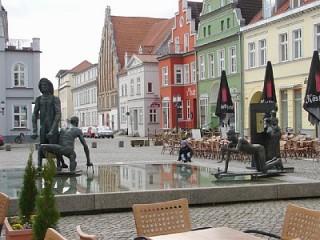 Fischerbrunnen auf dem Fischmarkt, Ferienwohnung Altstadt am Yachthafen in Greifswald, Hansestadt