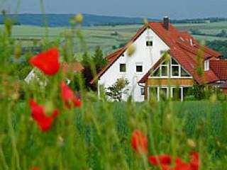 Haus im Sommer, Ferienwohnung am Turm in Mellrichstadt