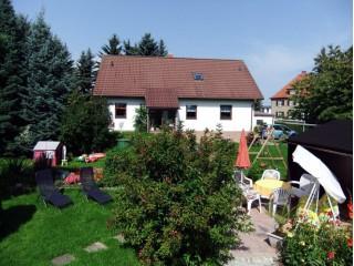 Hausansicht & Garten, Ferienwohnung Fam. Peschel in Ebersbach-Neugersdorf
