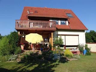 . . . bei Sonnenschein auf dem Balkon frühstücken und am Abend grillen. .  ., Ferienwohnung GUDER in Gleichen, Kreis Göttingen
