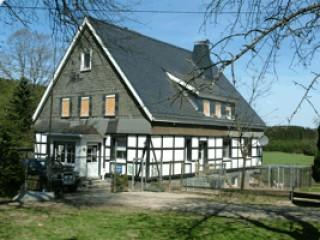 Hausansicht, Ferienwohnungen Haus zum Husky Urlaub mit dem Hund im Sauerland in Schmallenberg