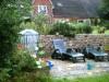 Blick auf den Liegebereich im Garten.