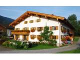 Gästehaus Hennenmühle - Unser Gästehaus liegt am Ortsanfang mit Blick in die Berge in Bad Hindelang