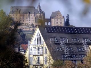 Blick von der Lahnbrücke, Hotel im Kornspeicher in Marburg / Lahn