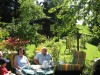 eine Sitzgelegenheit im Garten